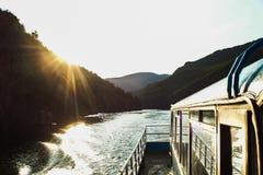 Onboard ranku Komani Jeziorny prom od Fierza Koman w Albani zdjęcie royalty free