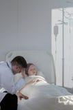 Oncólogo que cuida y muchacha enferma Fotografía de archivo libre de regalías