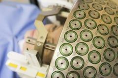 Oncólogo que usa el cuchillo del Gama para tratar tumor cerebral Imagenes de archivo