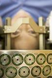 Oncólogo que usa el cuchillo del Gama para tratar tumor cerebral Fotos de archivo libres de regalías