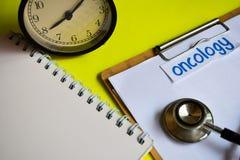 Oncología en la inspiración del concepto de la atención sanitaria en fondo amarillo imagen de archivo libre de regalías