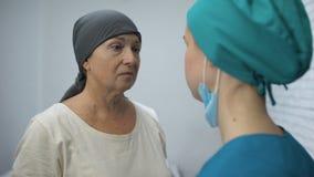Oncologo che informa paziente disperato circa le metastasi, consapevolezza del cancro archivi video