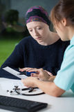 Oncologo che parla con la giovane donna Fotografie Stock Libere da Diritti