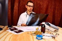 Oncoloog met een Röntgenstraal royalty-vrije stock afbeelding