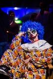 Ond clown för galen ful grunge Läskiga yrkesmässiga allhelgonaaftonmaskeringar Halloween deltagare Arkivbild