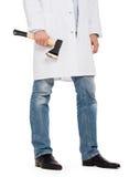 Ond läkare som rymmer en liten yxa Royaltyfria Bilder