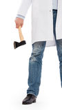 Ond läkare som rymmer en liten yxa Arkivbild
