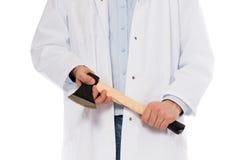 Ond läkare som rymmer en liten yxa Royaltyfri Foto