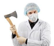 Ond läkare som rymmer en stor yxa Arkivfoton