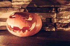 Ond lykta för halloween stålarnolla i strålkastare på mörker på stenbakgrund med kopieringsutrymme Royaltyfria Foton