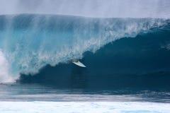 Onda 4 de la persona que practica surf de Banzaii Pipline Imagenes de archivo