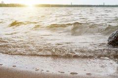 A onda apressa-se à costa arenosa Foto de Stock
