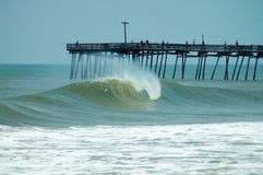 Onda Avalon Pier do tambor, bancos exteriores de North Carolina Imagens de Stock