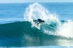 Onda azul de la acción de la persona que practica surf que practica surf Foto de archivo libre de regalías