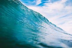 Onda azul del barril en el océano Onda grande para practicar surf Imagen de archivo libre de regalías
