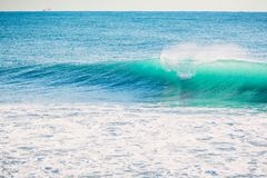 Onda azul en el océano Luz clara de la onda y del sol Imágenes de archivo libres de regalías