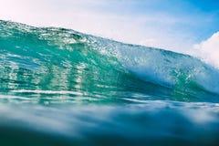 Onda azul en el océano Luz cristalina de la onda y del sol Foto de archivo libre de regalías