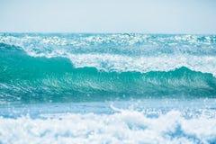 Onda azul en el océano tropical El estrellarse del barril de la onda y luz del sol Foto de archivo libre de regalías