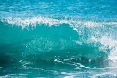 Onda azul en el océano tropical El estrellarse del barril y luz del sol Agua clara Fotografía de archivo libre de regalías