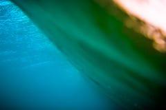Onda azul subacuática en el océano y colores de la puesta del sol Onda clara del barril Fotos de archivo