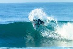 Onda azul surfando da ação do surfista Fotos de Stock