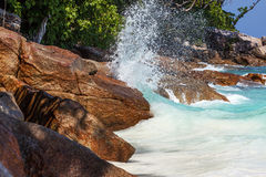 A onda bate a costa rochosa Imagem de Stock Royalty Free