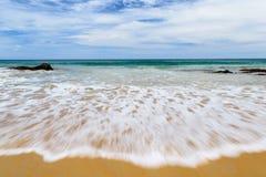 Onda bianca confusa sulla bella spiaggia Fotografia Stock
