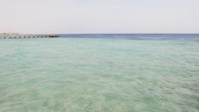 Onda blanca de la espuma en el mar metrajes