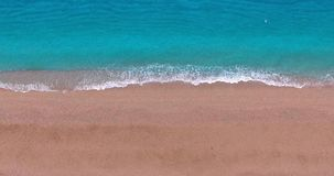 Onda blu sulla costa sabbiosa video d archivio