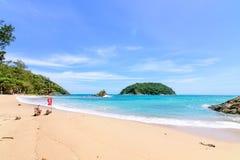 Onda bonita na praia, água clara, areia branca em seu HOL imagem de stock