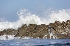 Onda breacking contra las rocas Fotografía de archivo libre de regalías