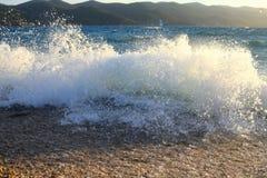 onda che si schianta sulla spiaggia fotografia stock libera da diritti