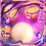 Onda colorida abstrata do óleo no fundo da água imagens de stock royalty free