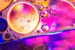 Onda colorida abstrata do óleo no fundo da água fotos de stock royalty free
