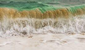 Onda colorida hermosa del mar foto de archivo