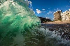 Onda colorida verde hawaiana en una playa imagen de archivo
