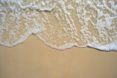 Onda commovente sulla spiaggia fotografia stock libera da diritti