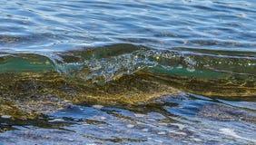 Onda costiera oceano/del mare che si schianta sulla spiaggia Fotografie Stock