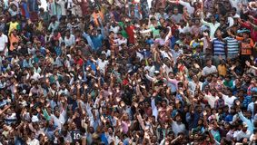 Onda da multidão ao zangão da câmera imagem de stock