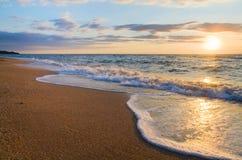Onda da ressaca do por do sol do mar Fotos de Stock
