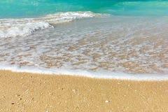 Onda da ressaca na costa de mar, na costa de mar limpa e na água de turquesa fotos de stock