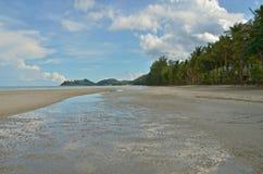 Onda de arena con agua en la playa al lado de la orilla Fotos de archivo