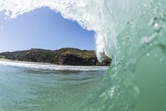 Onda de encachado, playa de Piha fotografía de archivo