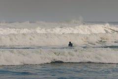 Onda de espera do surfista Imagens de Stock Royalty Free