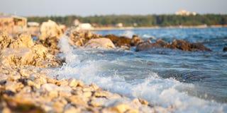 Onda de fractura en la playa Foto de archivo libre de regalías