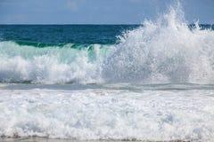 Onda de fractura en la playa Imagen de archivo