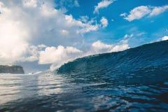Onda de fractura grande perfecta del barril en el océano y nubes Foto de archivo libre de regalías