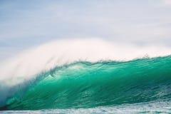 Onda de fractura grande perfecta del barril del océano Onda y luz de fractura, grandes del sol Fotos de archivo