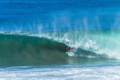 Onda de la persona que practica surf que practica surf dentro del paseo del tubo Fotografía de archivo