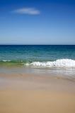 Onda de la playa del cielo azul. Fotos de archivo